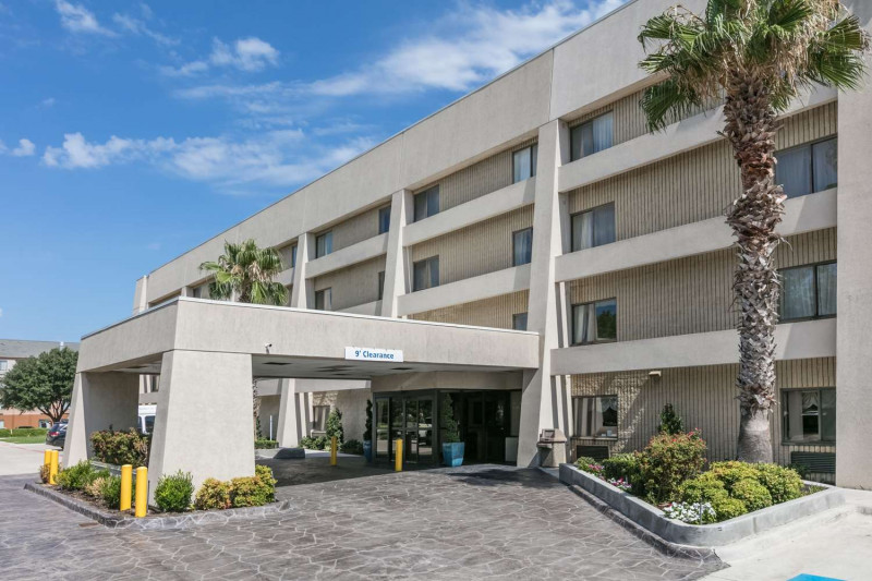 Baymont Inn & Suites Arlington At Six Flags Dr
